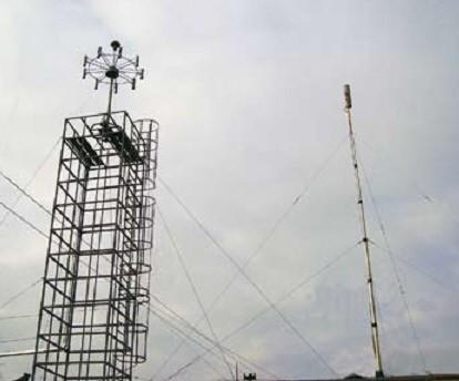 Антенная система АС-ПП4 и блок выносного датчика поля АРГАМАК-ИС с преобразователем радиосигналов на крыше здания